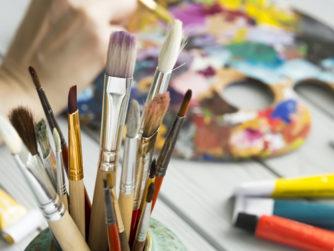 Tothom pot aprendre a pintar! Després d'una iniciació al dibuix (esbós i composició) cadascú triarà la tècnica pictòrica que prefereixi (oli, aquarel.la, gouache, pastel, ceres, tintes, tècniques mixtes o collage) i desenvoluparà el seu propi projecte des del seu nivell i trajectòria, amb consells personalitzats i propostes encoratjadores. El material anirà a càrrec dels participants.