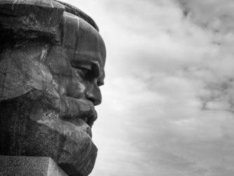 Un recorregut per la història del socialisme i de les idees comunistes: des dels seus orígens al s. XIX, amb l'aparició del Manifest Comunista de Marx i Engels, fins a la gestació i evolució posterior d'alguns dels règims més representatius del s. XX com l'URSS i la Xina, o les peculiars vies al socialisme de la Iugoslàvia de Tito, l'Albània d'Enver Hoxha, o entre d'altres la Romania de Ceaușescu.